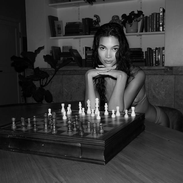 'Chân dài' Kaylin Baer mặc bikini đọc sách, chơi cờ ở nhà mùa dịch ảnh 3
