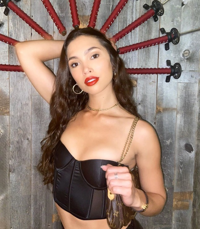 'Chân dài' Kaylin Baer mặc bikini đọc sách, chơi cờ ở nhà mùa dịch ảnh 6