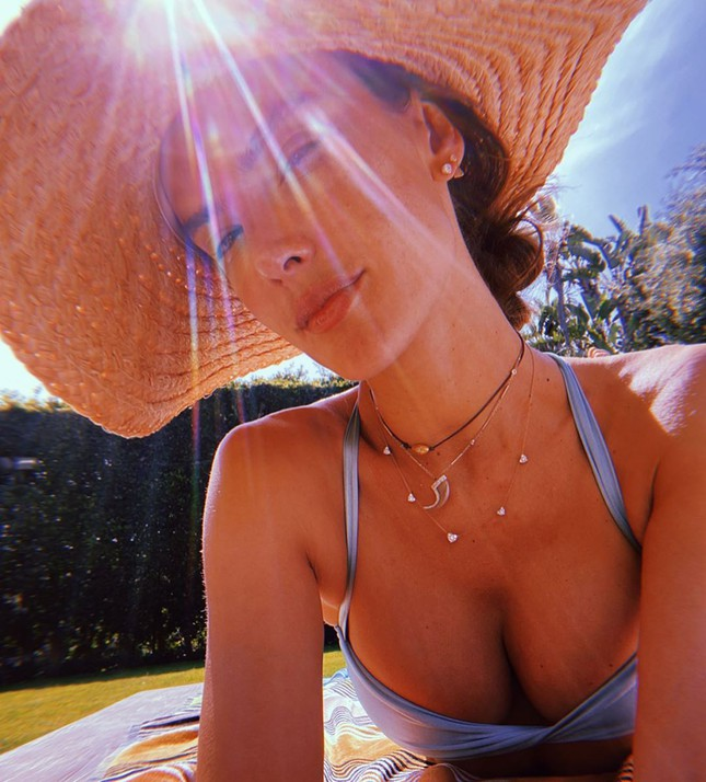 Alessandra Ambrosio tung ảnh ngực đầy nóng bỏng hút mắt ảnh 2