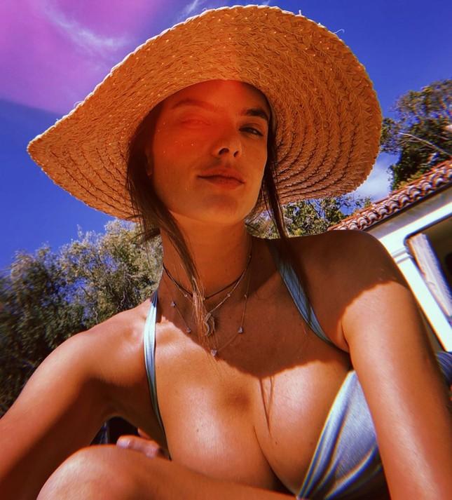 Alessandra Ambrosio tung ảnh ngực đầy nóng bỏng hút mắt ảnh 3