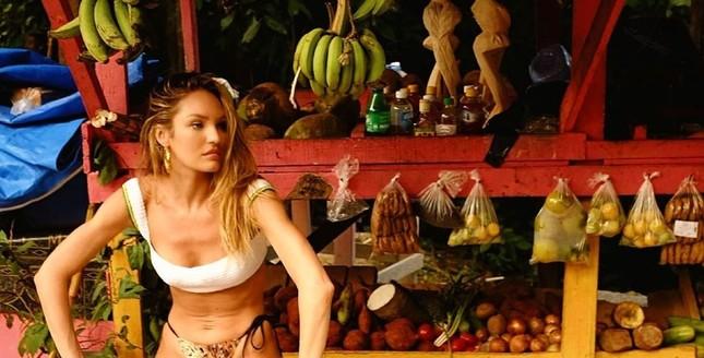 Candice Swanepoel diện bikini trễ nải tôn dáng ngọc ngà ảnh 2