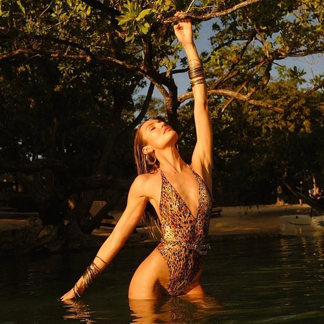 Candice Swanepoel diện bikini trễ nải tôn dáng ngọc ngà ảnh 1