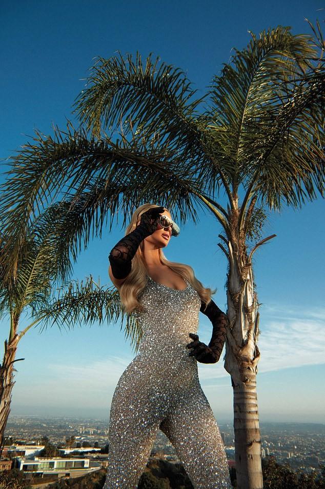 Cô nàng thừa kế Paris Hilton táo bạo cởi áo bán nude ảnh 5