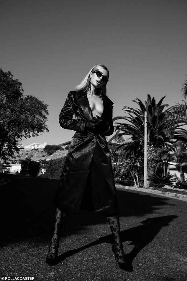 Cô nàng thừa kế Paris Hilton táo bạo cởi áo bán nude ảnh 4