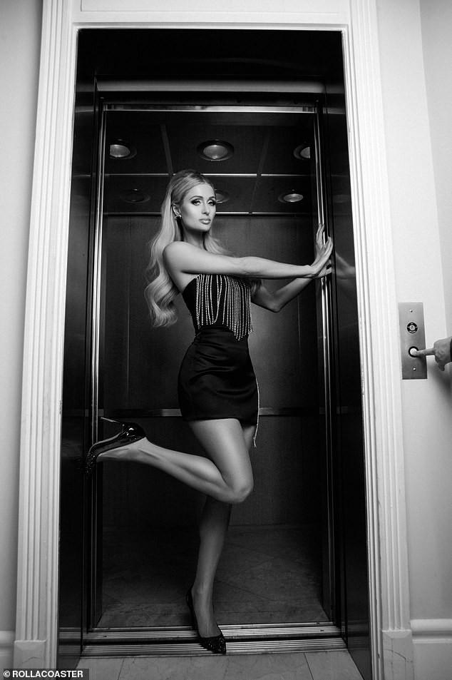 Cô nàng thừa kế Paris Hilton táo bạo cởi áo bán nude ảnh 6
