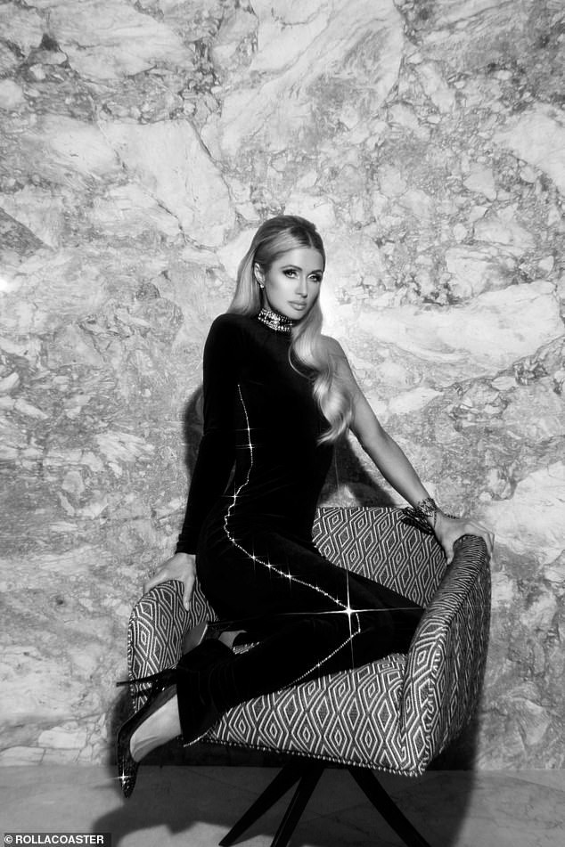 Cô nàng thừa kế Paris Hilton táo bạo cởi áo bán nude ảnh 7