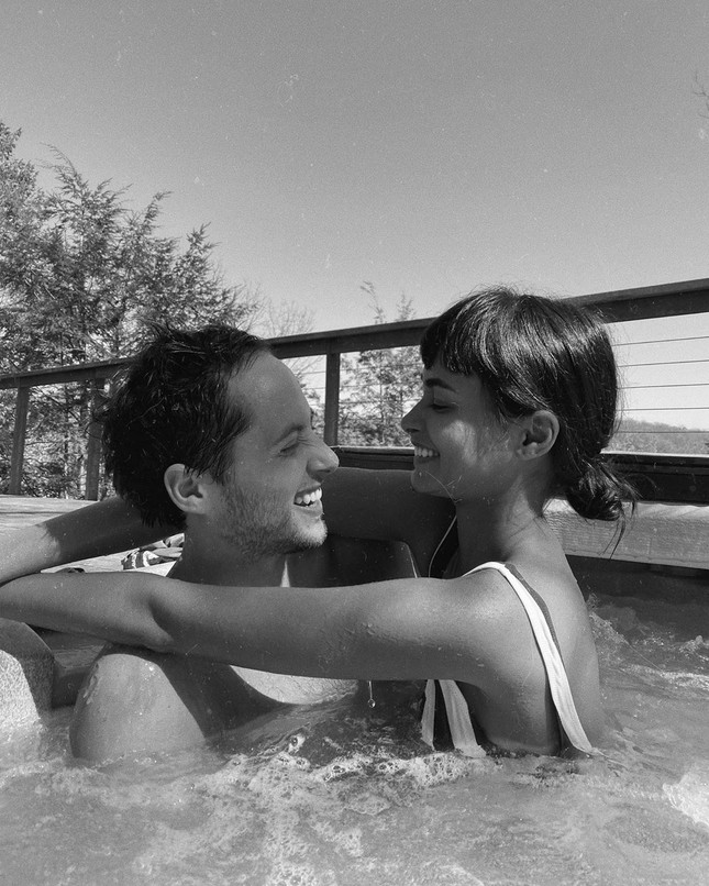 Cách ly ở nhà, Gizele Oliveira 'thả rông' ngực với mốt áo cài kim băng ảnh 7