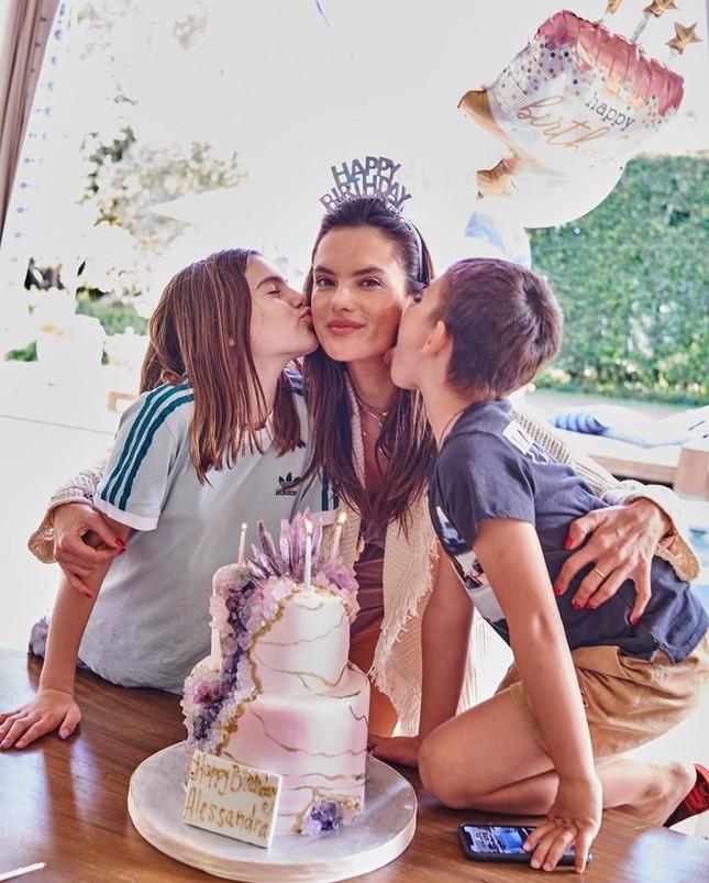 Thiên thần nội y Alessandra Ambrosio gần 40 tuổi vẫn quá đẹp và gợi cảm ảnh 11