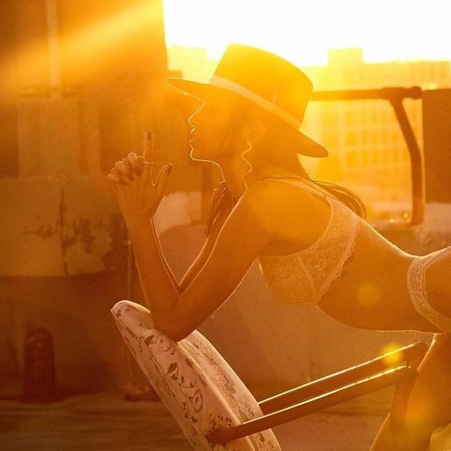Mỹ nhân chân dài Nicole Williams 'nóng rực' với nội y ren ảnh 7