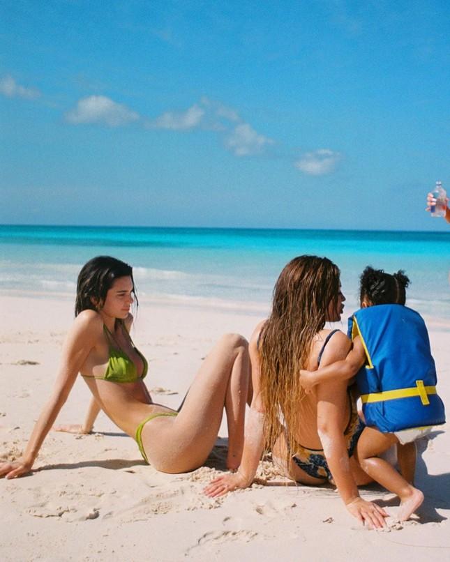 Nhớ biển mùa cách ly, em gái siêu mẫu nhà Kardashian đăng ảnh bikini tuyệt đẹp ảnh 2