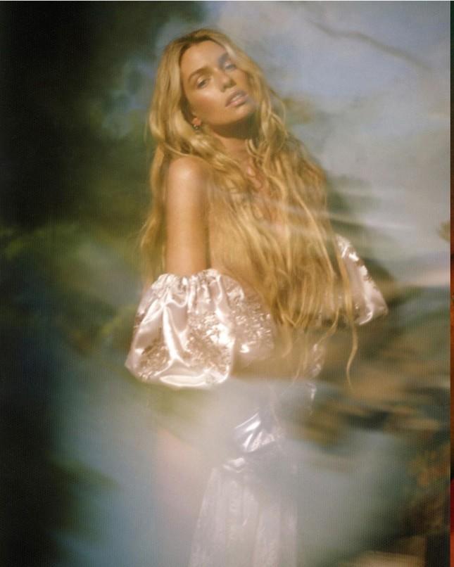 'Thiên thần nội y' Stella Maxwell hở bạo trên bìa tạp chí ảnh 2