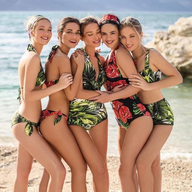 Dàn mỹ nhân xinh như mộng diện áo tắm Dolce & Gabbana trên biển ảnh 1