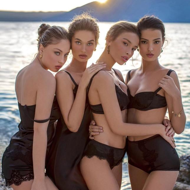 Dàn mỹ nhân xinh như mộng diện áo tắm Dolce & Gabbana trên biển ảnh 6