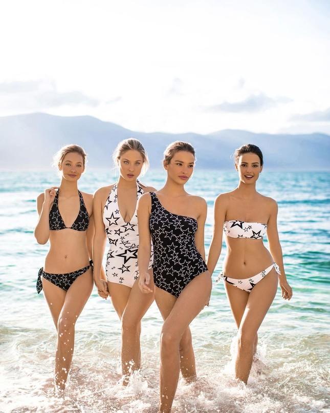 Dàn mỹ nhân xinh như mộng diện áo tắm Dolce & Gabbana trên biển ảnh 5