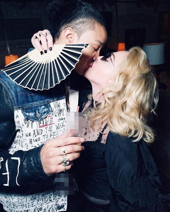 Nữ hoàng nhạc pop Madonna 61 tuổi đắm đuối bên trai trẻ 9x ảnh 2