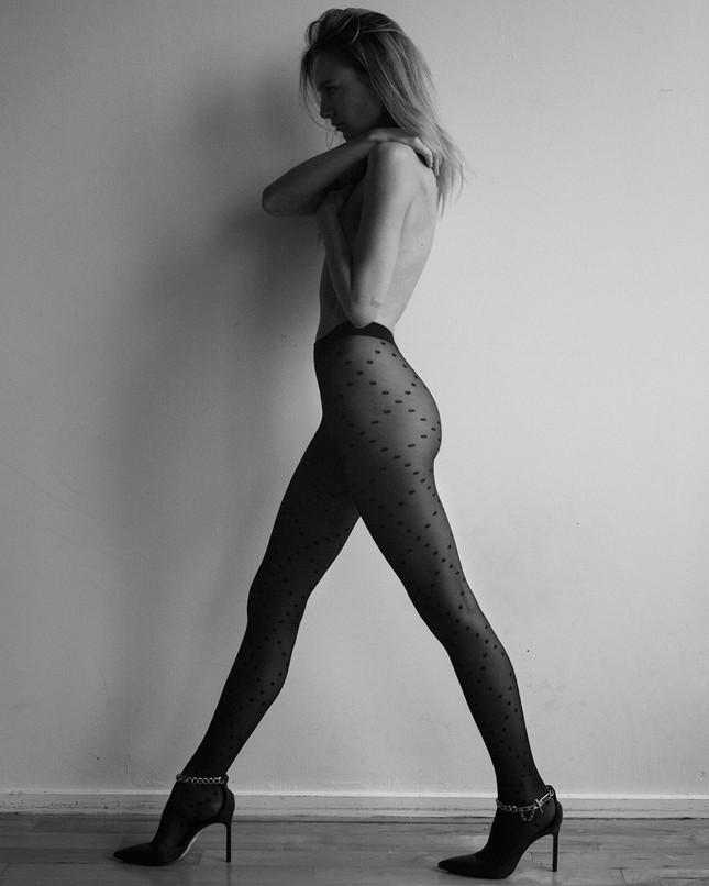 'Chân dài' Maya Stepper bán nude quyến rũ trước biển ảnh 8