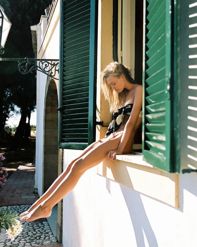 'Chân dài' Maya Stepper bán nude quyến rũ trước biển ảnh 10
