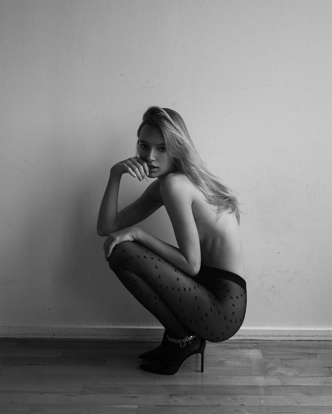 'Chân dài' Maya Stepper bán nude quyến rũ trước biển ảnh 7