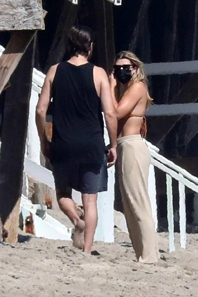 Sofia Richie diện bikini tắm biển cùng bạn trai hơn 15 tuổi giữa dịch COVID-19 ảnh 4