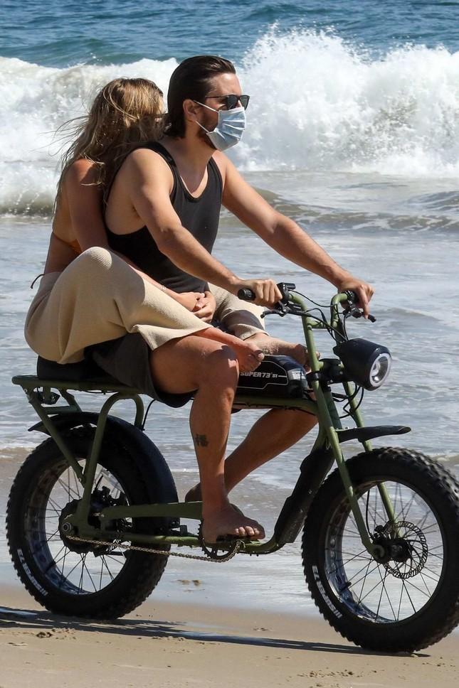 Sofia Richie diện bikini tắm biển cùng bạn trai hơn 15 tuổi giữa dịch COVID-19 ảnh 7