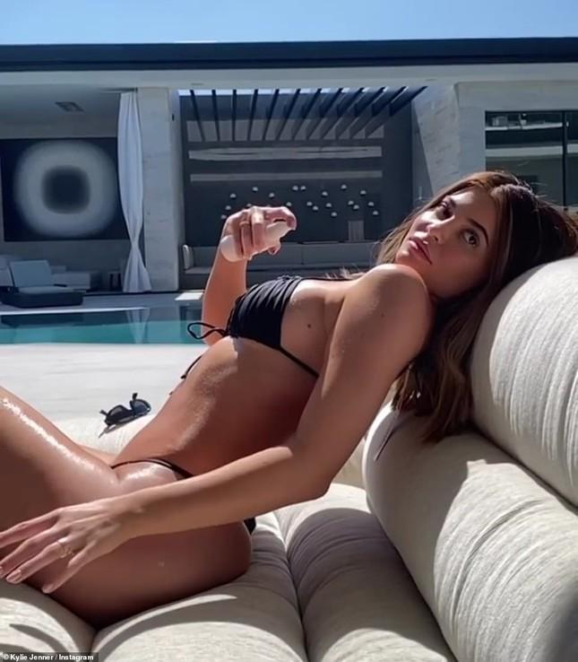 Cô út tỉ phú Kylie Jenner diện bikini tôn vòng 3 ngoại cỡ ảnh 7