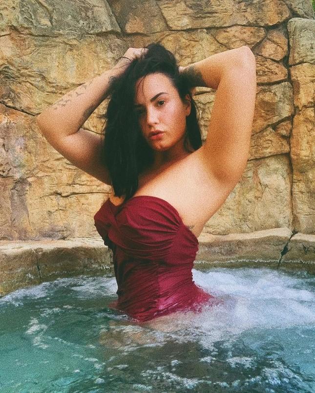 Demi Lovato diện áo bơi tôn 'vòng 1' nảy nở ảnh 2