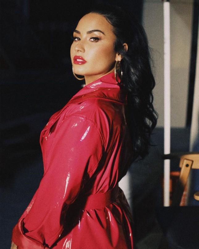 Demi Lovato diện áo bơi tôn 'vòng 1' nảy nở ảnh 6