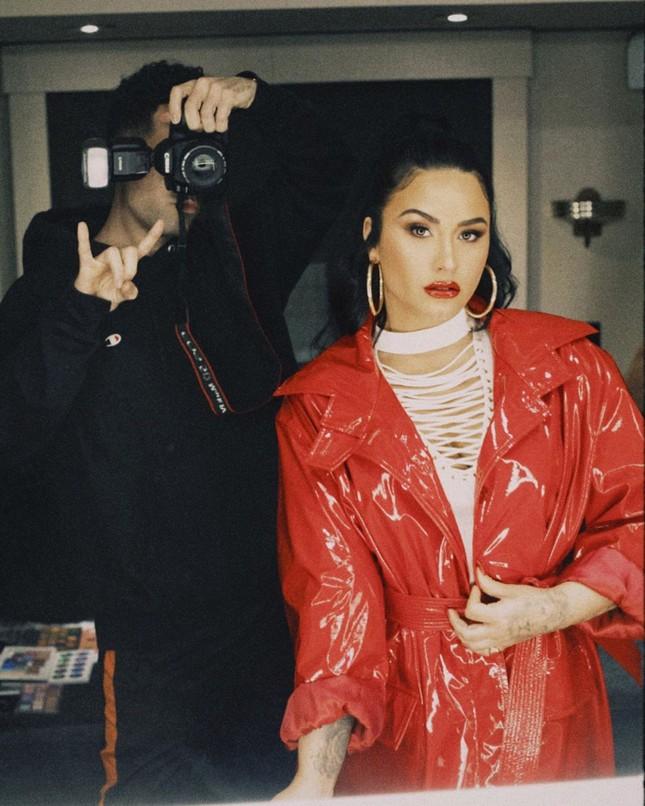 Demi Lovato diện áo bơi tôn 'vòng 1' nảy nở ảnh 8