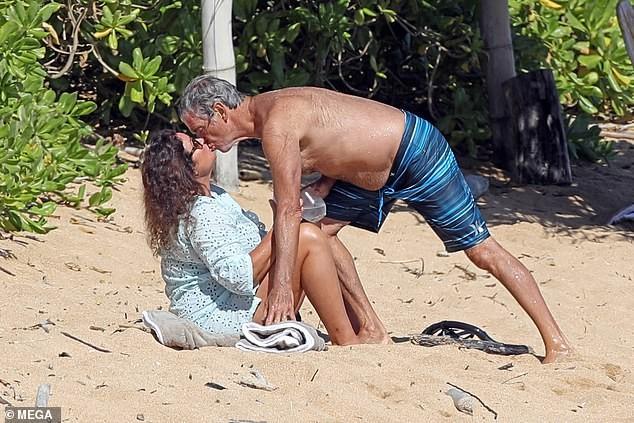 'Điệp viên' Pierce Brosnan phong độ U70, hôn vợ nồng nàn trên biển Hawaii ảnh 3