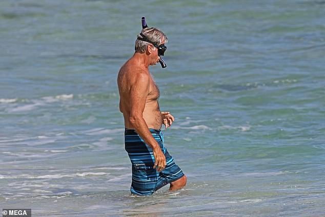 'Điệp viên' Pierce Brosnan phong độ U70, hôn vợ nồng nàn trên biển Hawaii ảnh 2