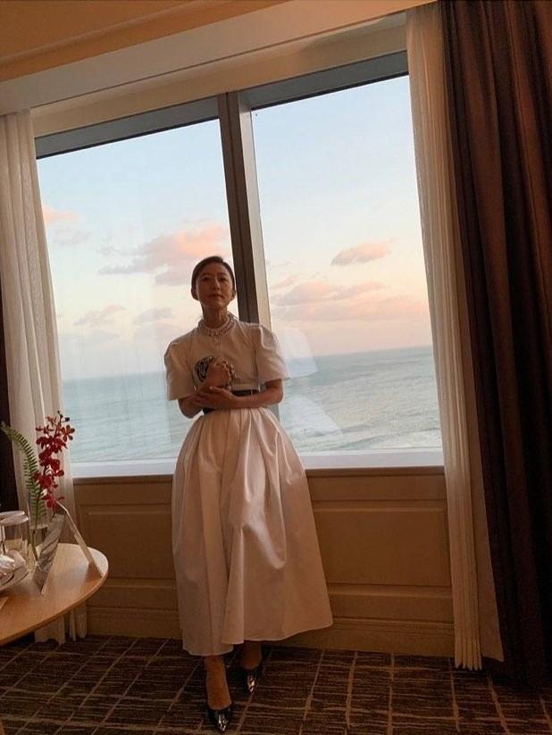 Ngỡ ngàng nhan sắc gợi cảm U60 của bà cả phim 'Thế giới hôn nhân' ảnh 6