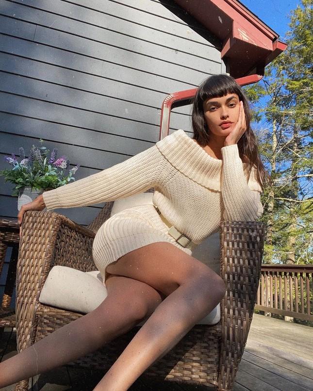 Siêu mẫu Brazil diện áo xuyên thấu lộ nội y, cuốn khăn che ngực ảnh 10