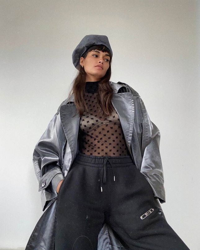 Siêu mẫu Brazil diện áo xuyên thấu lộ nội y, cuốn khăn che ngực ảnh 3