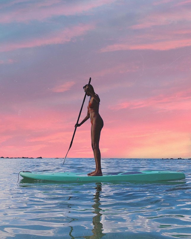 Siêu mẫu Brazil diện áo xuyên thấu lộ nội y, cuốn khăn che ngực ảnh 13