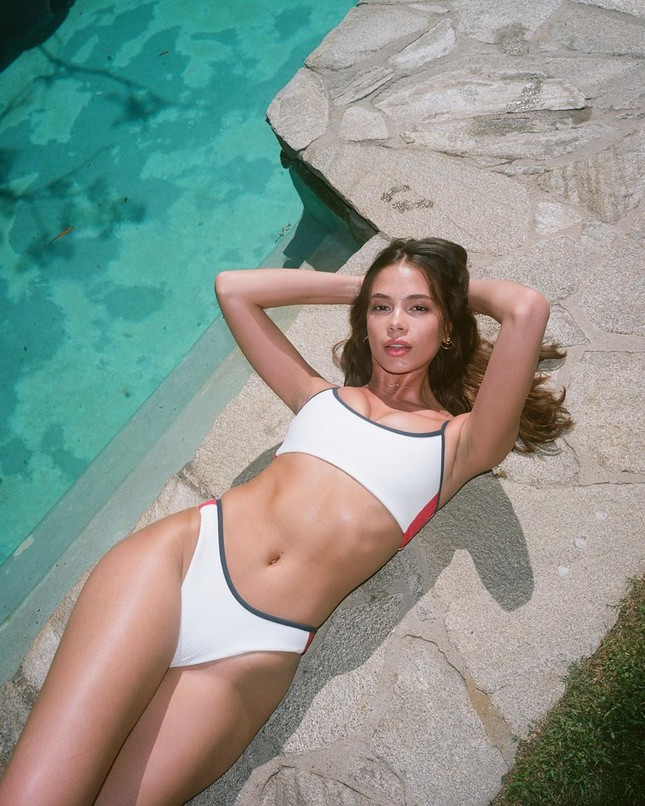 Người đẹp 9x Julia Peres diện áo tắm tôn đường cong đầy đặn ảnh 2