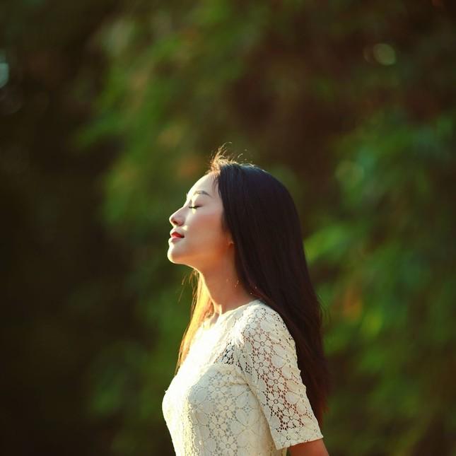 Vẻ đẹp nền nã thu hút của cô gái đóng thứ phi trong MV Hòa Minzy ảnh 6