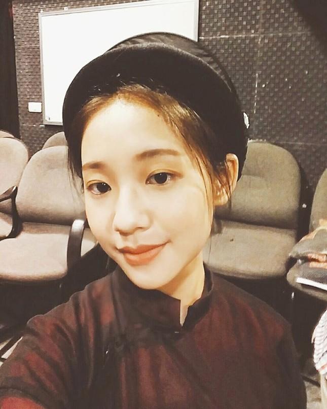 Vẻ đẹp nền nã thu hút của cô gái đóng thứ phi trong MV Hòa Minzy ảnh 9
