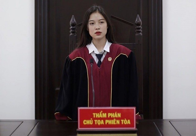 Nữ sinh khoác áo thẩm phán lại gây 'sốt' với cảnh phục ảnh 1