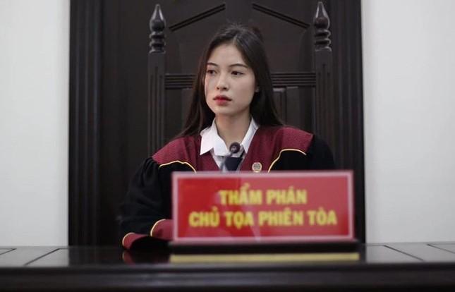 Nữ sinh khoác áo thẩm phán lại gây 'sốt' với cảnh phục ảnh 2