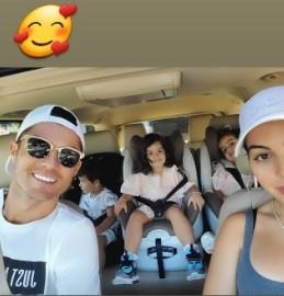 Ronaldo thư giãn bên bạn gái và các con, chạy dũng mãnh như chiến binh ảnh 3