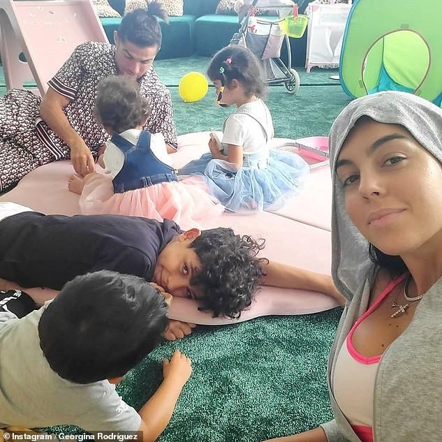 Ronaldo thư giãn bên bạn gái và các con, chạy dũng mãnh như chiến binh ảnh 4