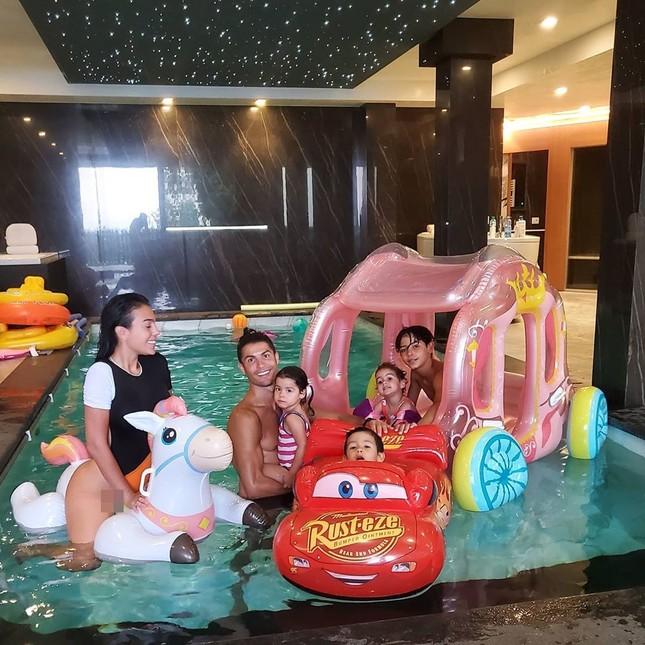 Ronaldo thư giãn bên bạn gái và các con, chạy dũng mãnh như chiến binh ảnh 2