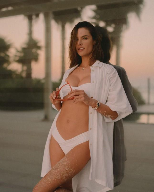 Alessandra Ambrosio 40 tuổi vẫn siêu quyến rũ, căng đầy sức sống ảnh 1