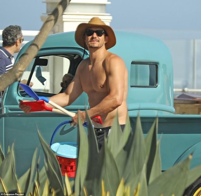 Katy Perry bụng bầu 'lùm lùm', mặc áo tắm đi nghỉ với hôn phu Orlando Bloom ảnh 5