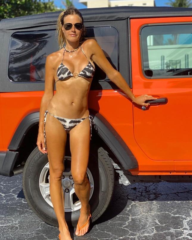 Cựu siêu mẫu Kelly Bensimon 52 tuổi thả dáng 'bốc lửa' trên biển ảnh 11