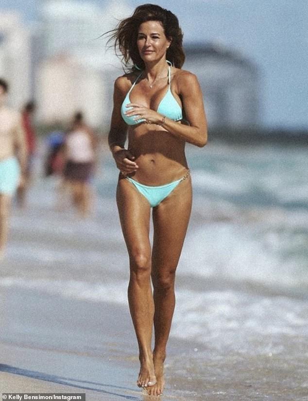 Cựu siêu mẫu Kelly Bensimon 52 tuổi thả dáng 'bốc lửa' trên biển ảnh 12