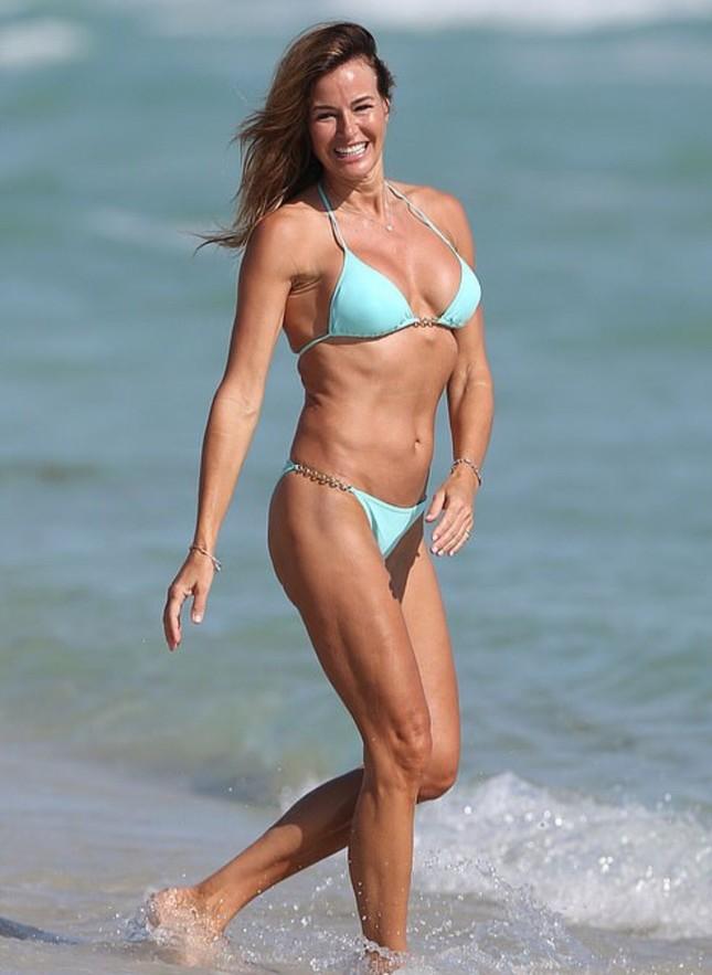 Cựu siêu mẫu Kelly Bensimon 52 tuổi thả dáng 'bốc lửa' trên biển ảnh 13