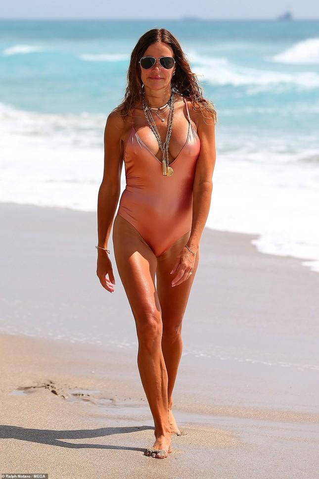 Cựu siêu mẫu Kelly Bensimon 52 tuổi thả dáng 'bốc lửa' trên biển ảnh 1