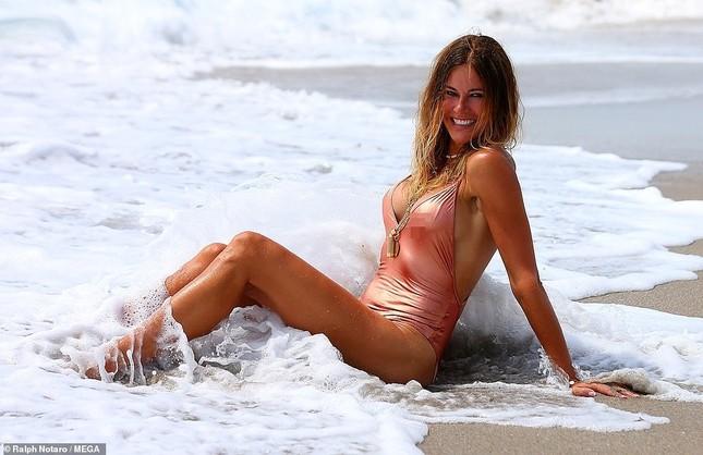 Cựu siêu mẫu Kelly Bensimon 52 tuổi thả dáng 'bốc lửa' trên biển ảnh 3