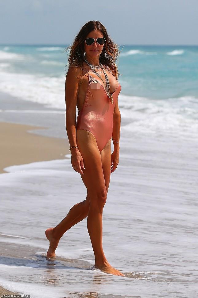 Cựu siêu mẫu Kelly Bensimon 52 tuổi thả dáng 'bốc lửa' trên biển ảnh 2
